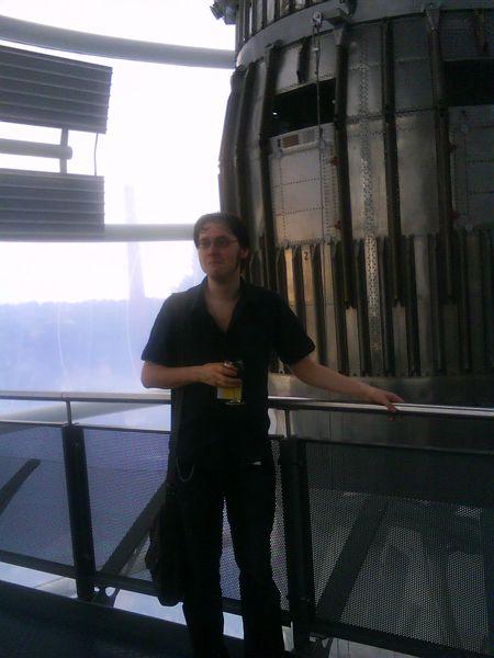 Thomas Lean framför en kärnvapenmissil, Leicester, juli 2009.