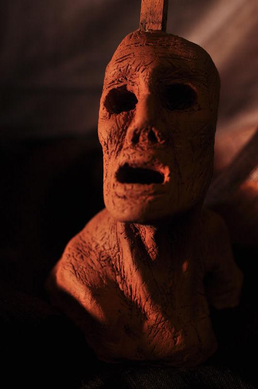 Escultura: Causalidad y Jaula (cabeza de arcilla 04) foto por: Miguel A. Mayo | por Gustavo A. Díaz G.