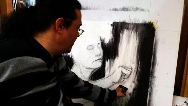 Fotografía de Gustavo Adolfo Díaz G. dibujando el Titán III