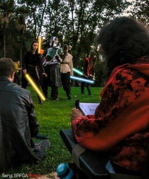 Foto de Gustavo Adolfo Díaz G. dibujando a los que posan vestidos a lo Star Wars con sables de luz