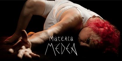 Foto de Medea en claroscuro, mujer pelirroja tumbada con el brazo izquierdo estirado, con el título Materia Medea superpuesto en blanco