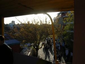 Desde la baranda de un conventillo, la calle Caminito
