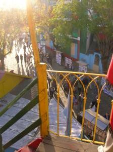 La calle Caminito desde la escalera de un conventillo