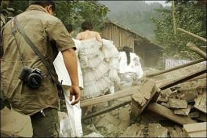 Novia saliendo de zona de desastre. Terremoto de Sichuan, China