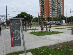 Avellaneda-Plaza de la Integracion-Esculturas Peligrosas 1