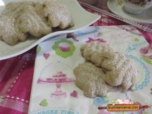 Biscotti al caffe con sparabiscotti, con base di pasta frolla montata