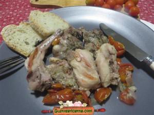 coniglio al cartoccio con pomodori, appetitoso piatto a base di carne