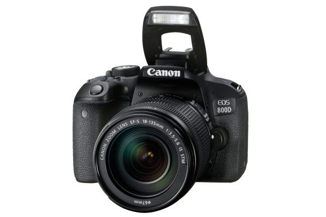 Canon EOS 800D mit aufgeklapptem Blitz