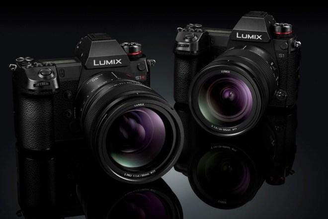 Zwei Kameras der Panasonic S-Serie vor schwarzem Hintergrund