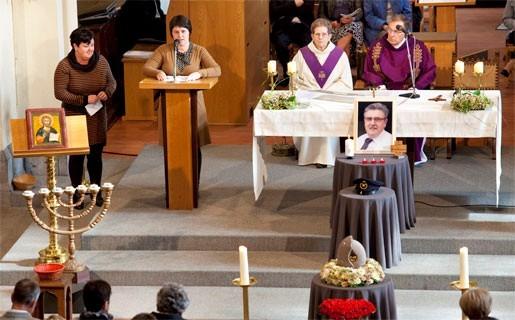 twee overvolle kerken voor uitvaart begrafenisondernemer