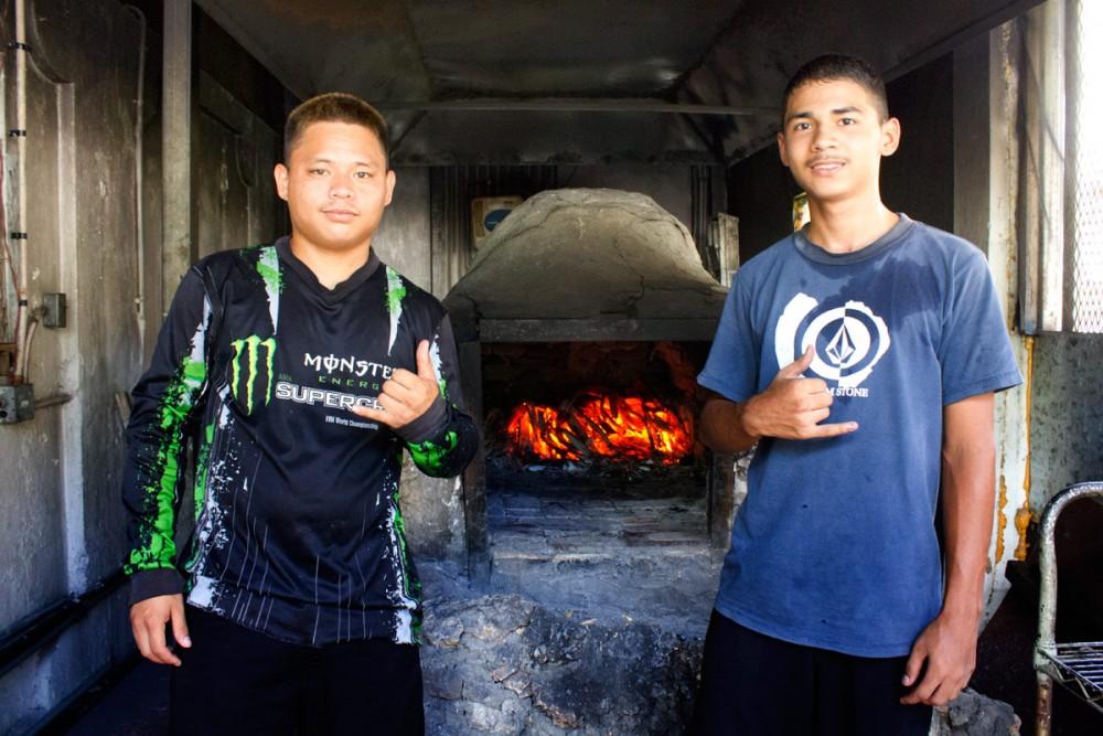 ホツヌベーカリーで修行中のサム君(右)とジョナサン君(左)