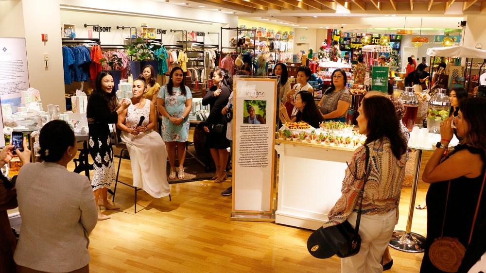 ハナレイの商品とその魅力を招待された来賓に紹介 (Tギャラリアグアム ウェルネスエリア)