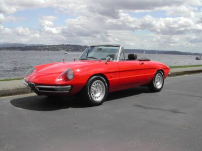 This 1967 Duetto just looks right, doesn't it?  It belongs to Rod McNae, who lives on the scenic Whidbey Island, Washington.  Having enjoyed the island several times in my GTV, I can't imagine a finer place for top down cruising.