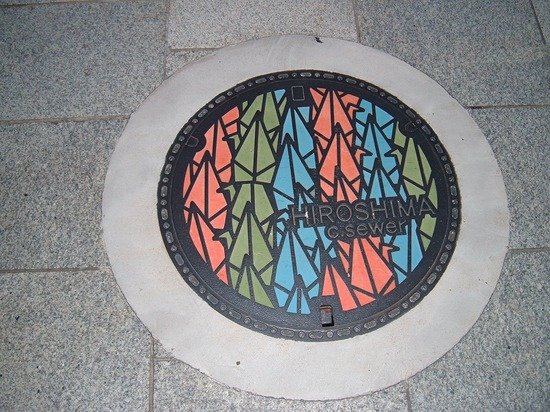 https://i2.wp.com/www.gwarlingo.com/wp-content/uploads/2011/08/Paper-Crane-Design-in-Hiroshima-Manhole-Cover.jpg