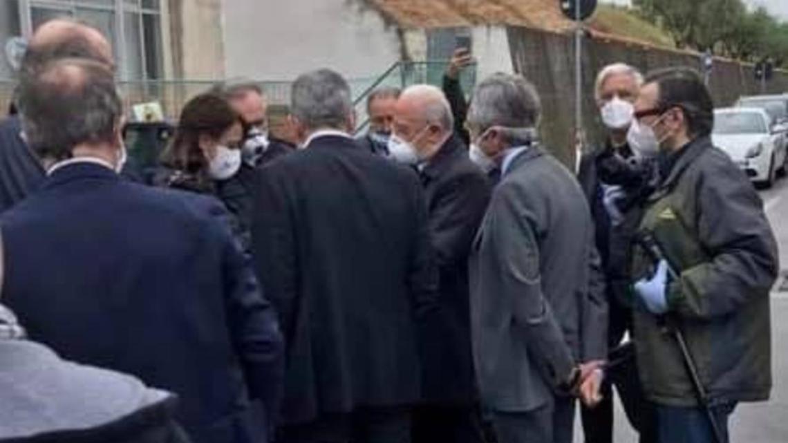 Assembramenti all'inaugurazione del COVID Center del Ruggi, la denuncia verso De Luca - Gwendalina.tv