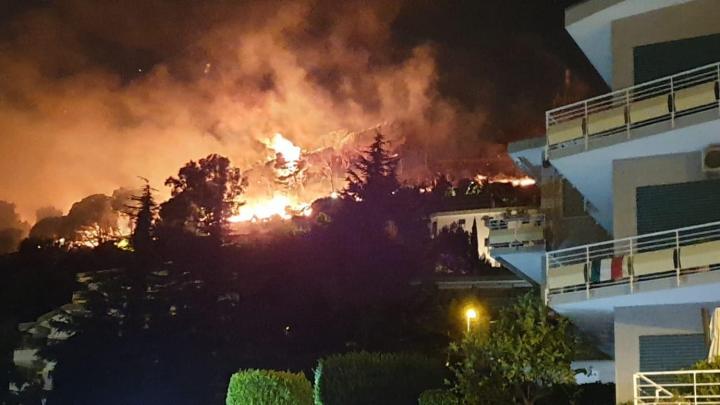 Salerno brucia, fiamme altissime sul monte Stella - Gwendalina.tv