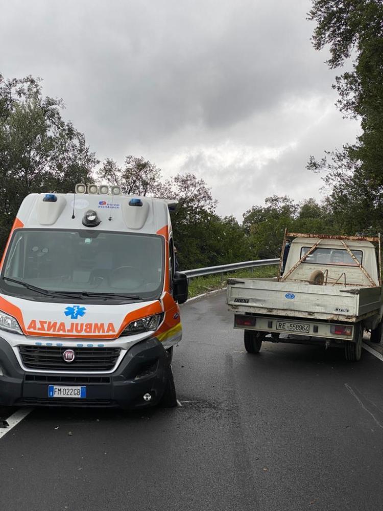 Vibonati: incidente tra autocarro e ambulanza. Nessun ferito grave - Gwendalina.tv