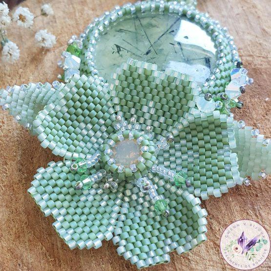 collier brodé lily