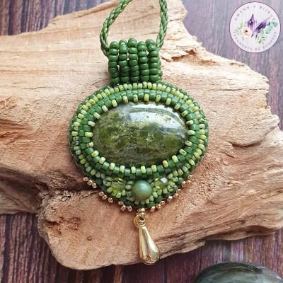 Collier Brodé Chloé – Serpentine et Perles Japonaises