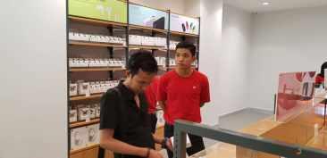 Staff/Crew selalu siap membantu dengan kaos merah berlogo Mi.