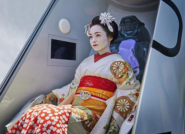 Seorang aktris berpakaian geisha sedang menguji tingkat sinkronisasi di atraksi plug entry dari Evangelion Kyoto Base di Toei Kyoto Studio Park.