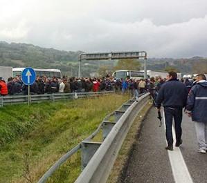 VALLO SCALO – Gli operaio della Yele Spa occupano la Cilentana per protesta