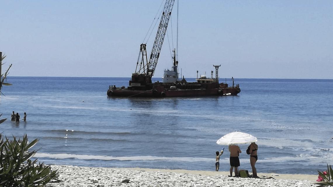 Draga in mare a Pisciotta, la protesta di turisti e residenti