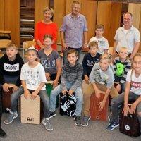 Dass es jetzt elf neue Cajons am Gymnasium Ganderkesee gibt, hat die Schule ihrem Freundeskreis zu verdanken. Foto B. Stamerjohanns