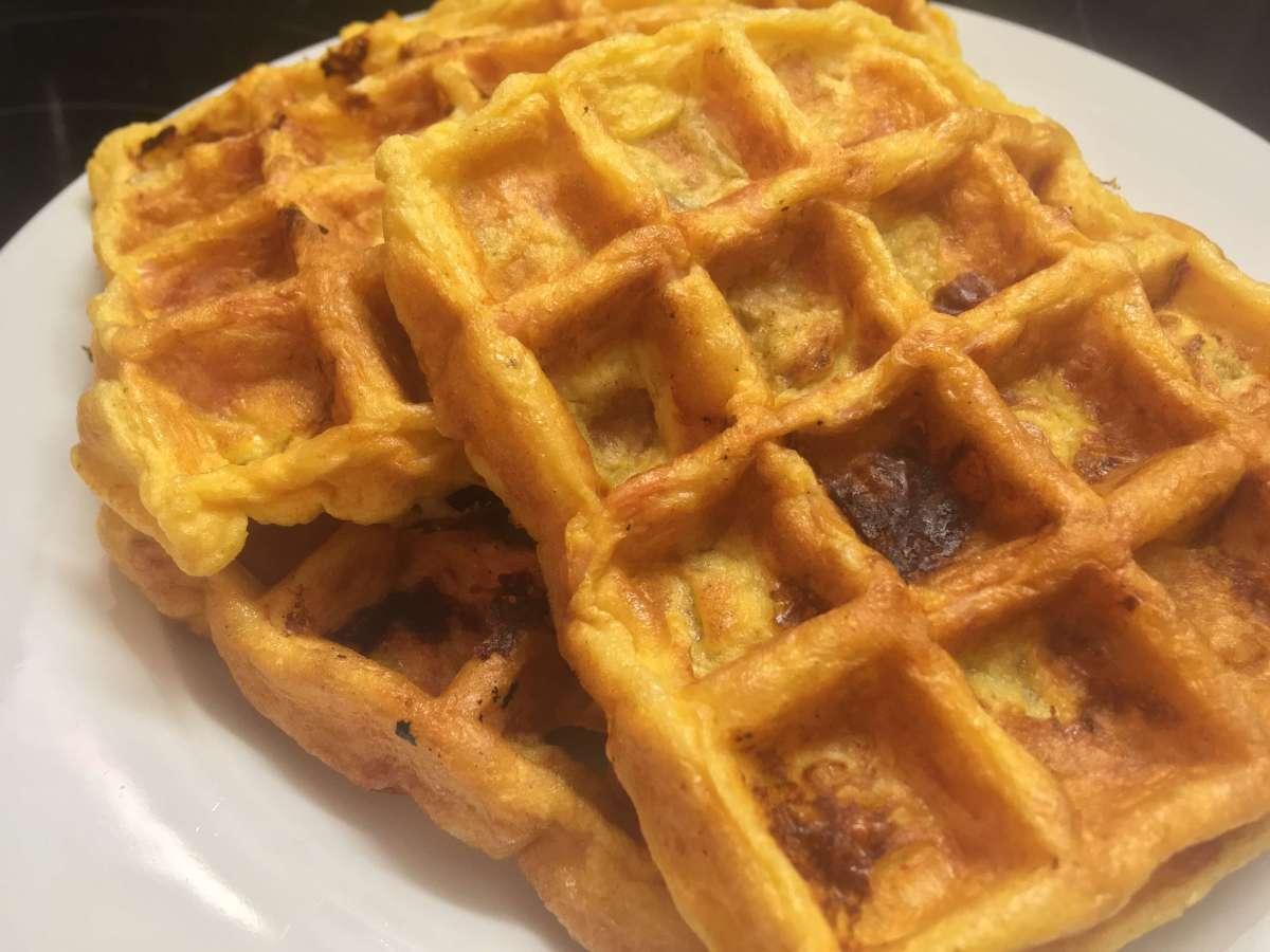 Sajtkrémes, párizsis rántotta gofrisütőben