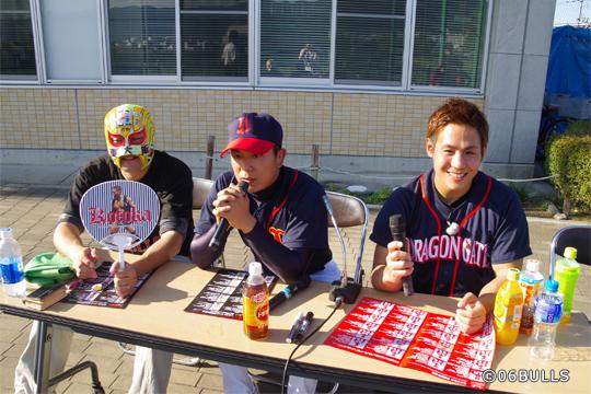 マスクド・東大阪はKotoka選手・山村選手と一緒に放送ブースでトークを繰り広げました