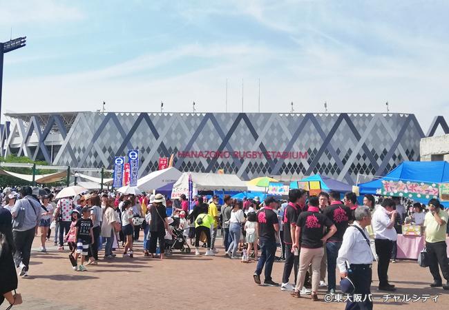新しい東大阪のシンボル「東大阪市花園ラグビー場」の前も終始たくさんの人人人~