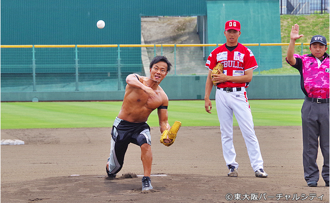 東大阪出身の吉野正人さんが始球式 ※写真は前回の様子