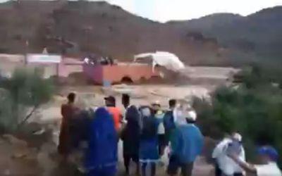 des-supporters-s-etaient-refugies-sur-le-toit-des-tribunes-qui-se-sont-ecroulees-sous-la-pression-de-l-eau_6208578