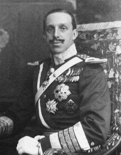 Alphonse XIII était virtuellement roi d'Espagne avant même de naître. Par contre, il a lâché le trône avant de mourir, ce qui ne l'a pas empêché de foutre un bordel monstre sur le trône imaginaire de France.