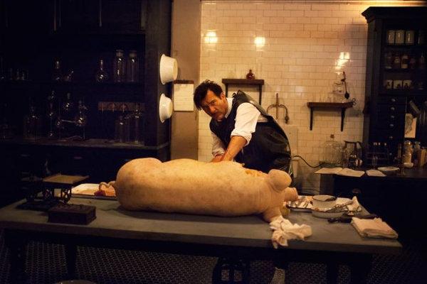 Ceci n'est pas un boucher, c'est un chirurgien qui étudie une procédure. photo Cinemax
