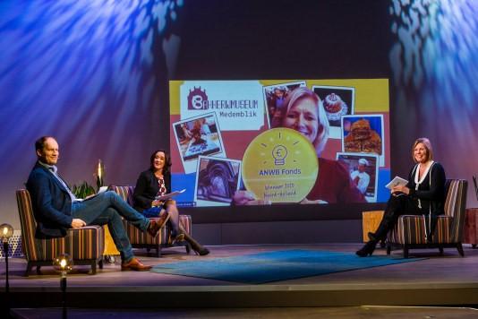 Vlnr. Peter Sieuwers, Annemarie Gerards, Marga de Jager, directeur merk en leden ANWB. Op het scherm de winnaar van Noord-Holland.