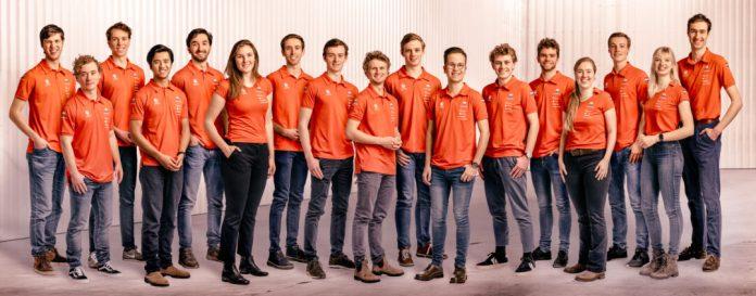 In het kader van het coronaprotocol is het Vattenfall Solar Team niet samen als team op de foto gegaan. De teamfoto is samengesteld uit 17 individuele foto's. Foto: Jorrit Lousberg / Vattenfall Solar Team.