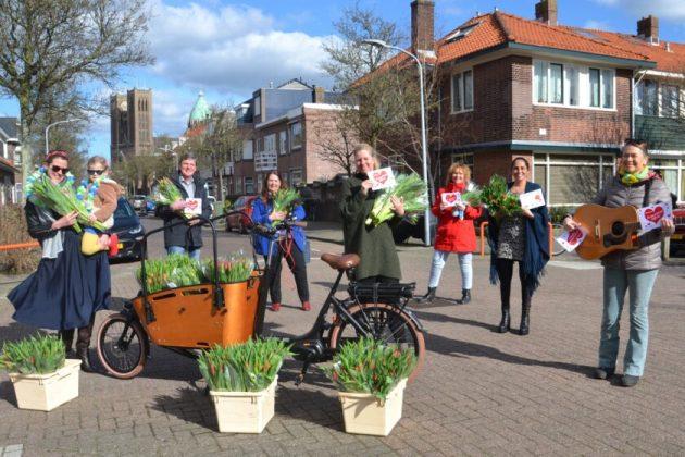 Jorien met de uitdeelploeg in de Karel van Manderstraat. Fotografie: Anneke Mensink van fotografencollectief In The Picture.
