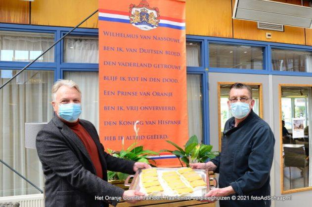 Kok Evert van Schoterhof krijgt tompouces van voorzitter Frank Heerens van het Oranje Comité. Foto: FotoAdSchaap.nl.