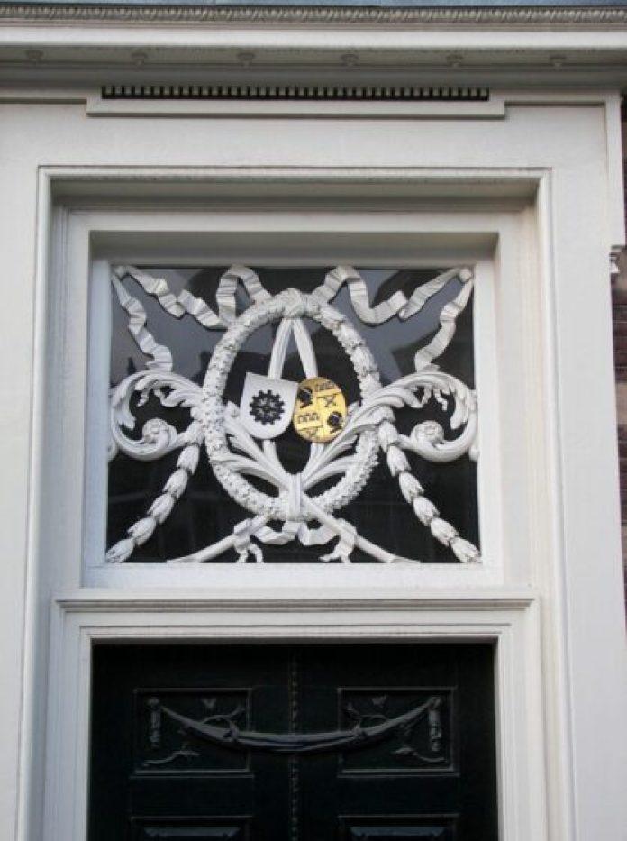 'Familiewapen van de familie Testart op een voordeur in Haarlem'.