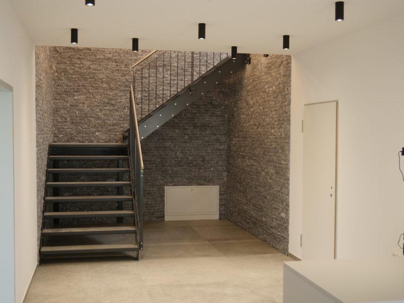 Eingangsbereich/ Treppenaufgang ohne Pflanze Vorher - Haas Innengrün