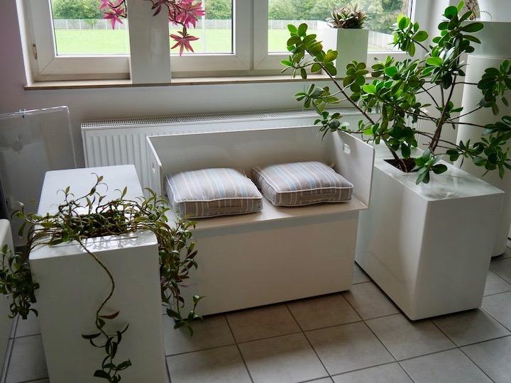 Jago Kunstoff Sitzecke Bank mit Pflanzen Blumen - Haas Innengrün