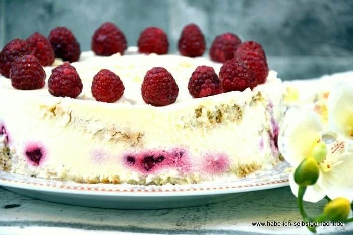 Weiße Schokomousse Torte mit Himbeeren
