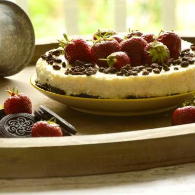 No Bake Oreo Vanille Cheesecake mit Erdbeeren