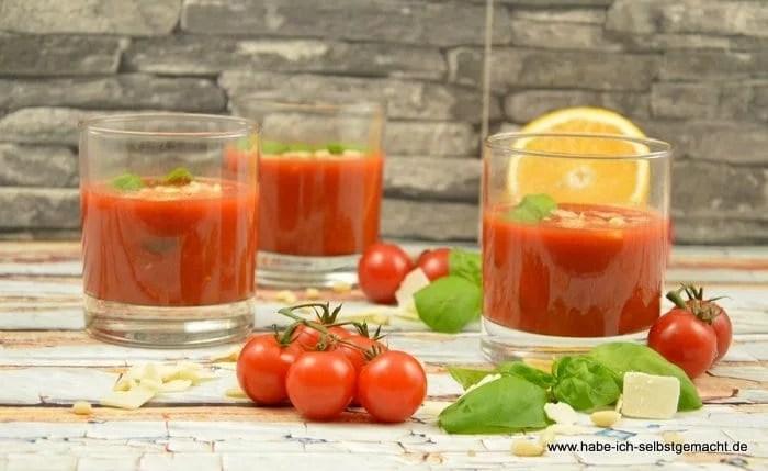 Tomatensuppe mit Pinienkernen und Parmesan
