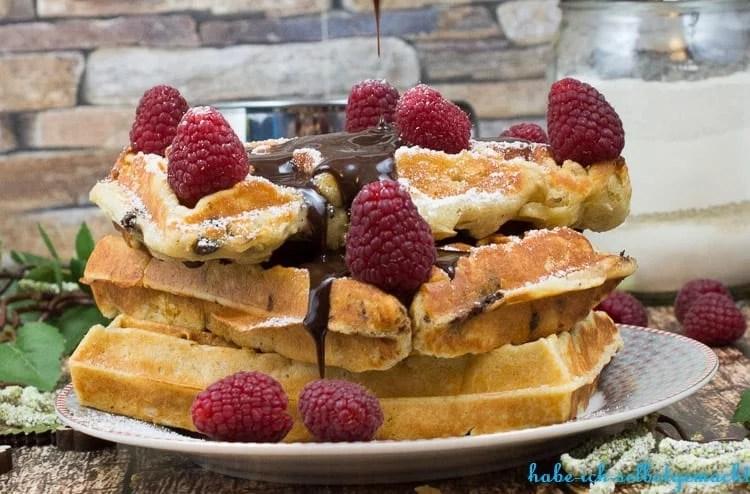 Soulfood bei diesem Wetter sind diese leckeren Quarkwaffeln mit frischen Beeren und Schokosauce :-)