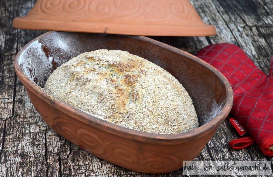 Weizen-Sesam-Brot im Römertopf gebacken