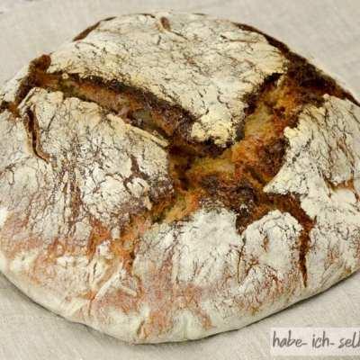 Selbstgemachtes Sauerteig Brot mit Buchweizen, geröstetem Altbrot und Karotten