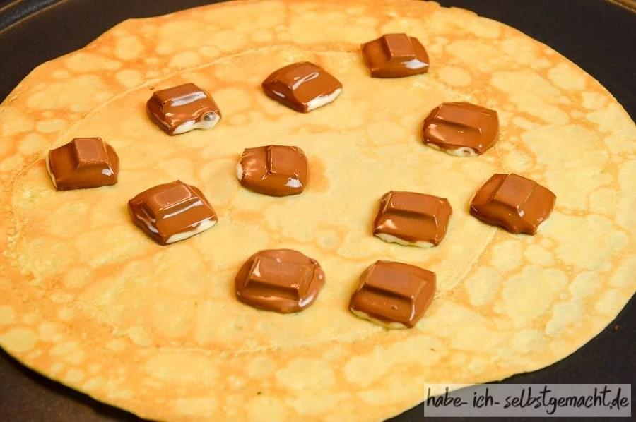 Süße selbstgemachtes Crêpes mit Kinderschokolade