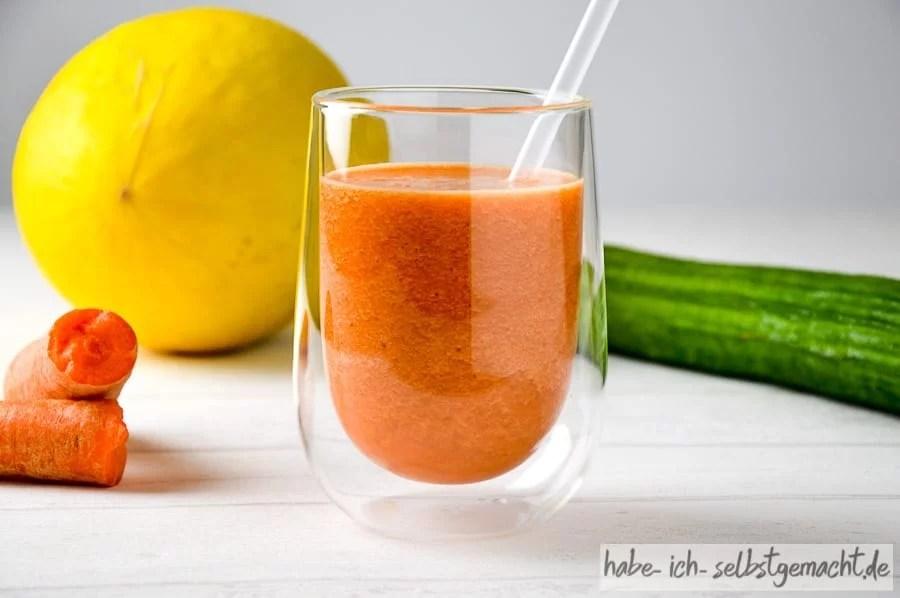 Frisch gepresster Orange Melone Gurke Karotte Saft